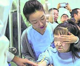"""Médicos chinos logran """"rejuvenecer"""" a joven quinceañera que parecía de la tercera edad"""