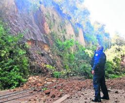 """Mangueras de agua provocan derrumbe y cortan comunicación en """"La Espada"""", Morelos"""