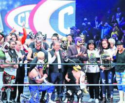 A un mes de haber perdido la vida, rinden homenaje a Mr. Niebla en la Arena México