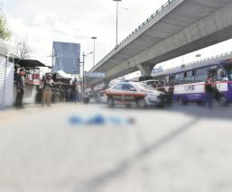 Mujer desciende de transporte público y muere atropellada en Periférico Norte