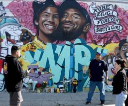 Mural en honor a Kobe y su hja en LA