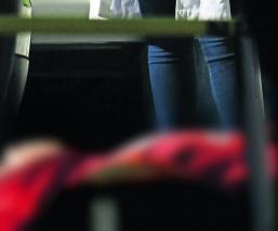 Emboscan 7 sicarios a joven que llegó custodiado por una patrulla a su casa, en CDMX