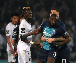 Jugador del Porto abandona la cancha, tras recibir insultos racistas