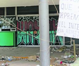 Graffiteros no esperan demolición y rayan el Hospital General 25 del IMSS, en Iztapalapa