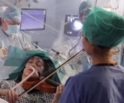 Mujer con tumor cerebral toca el violín, mientras le practican peligrosa cirugía