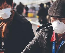 Pasajeros evacuan crucero tras catorce días de cuarentena por Coronavirus, en Japón