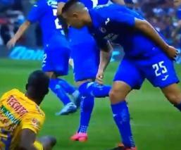 Difunden vídeo en donde Alvarado le escupe a Enner Valencia