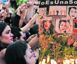 Mujeres colocan ofrendas para víctimas de feminicidios, en el Ángel de la Independencia