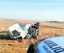 Chofer pierde el control y vuelca con pipa de gas sobre la carretera Toluca-Valle de Bravo