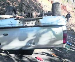 Conductor vuelca y muere aplastado por su propia camioneta, en Valle de Bravo