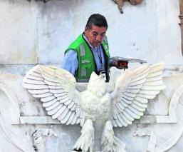 Atoran a joven que decapitó águila del Hemiciclo a Juárez en CDMX; también le quitó las alas