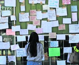 Estudiantes de la UAEMex hacen 'tendederos' de denuncias de acoso contra docentes
