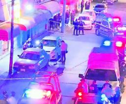 Sicarios ejecutan a balazos a un joven frente a una tiendita, en Metepec
