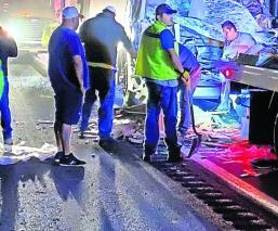 Autobús se incrusta en tráiler y deja un saldo de dos muertos y 13 heridos, en Morelos