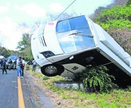 Chofer de camión pierde el control y vuelca sobre la carretera Cuernavaca-Cuautla
