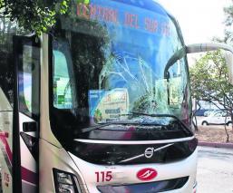 Tres camiones de pasajeros pierden el control y provocan choque múltiple, en Morelos