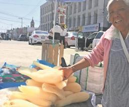 Comerciantes de Toluca no le sacan al coronavirus y salen a vender