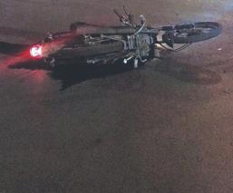 Biker muere al chocar contra un auto y salir disparado de su motocicleta, en Toluca