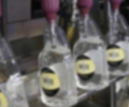 Destilerías de EU dejan el licor para producir gel desinfectante y combatir el Covid-19