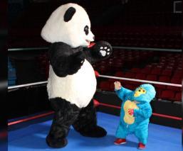 Kemonito recibe al panda de la WWF en el ring para luchar contra el cambio climático