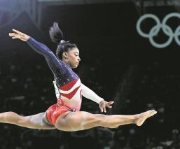 Simone Biles llora por cancelación de los Juegos Olímpicos
