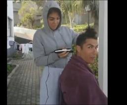 Cristiano Ronaldo deja que su pareja le corte el pelo durante cuarentena