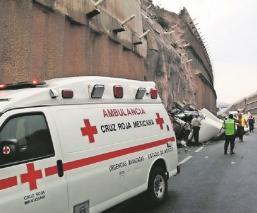 Sobrevive conductor al caer de tráiler de la federal a la autopista La Marquesa-Lerma