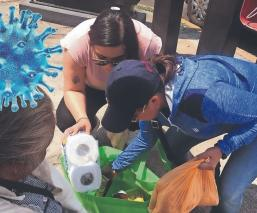 Familia arma despensa y alivianan a Doña Irene por crisis de Covid-19, en Toluca