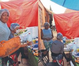 Transexuales y transgénero abren comedor comunitario para los más vulnerables, en Toluca