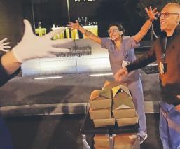 Restaurantes preparan comida para doctores que combaten el Covid-19, en Estados Unidos