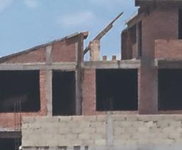 Albañil muere al resbalar y caer del segundo piso de una construcción, en Metepec