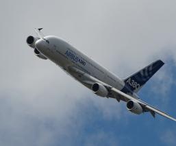 Se estrella avión en Pakistán con 107 personas a bordo, reportan al menos 40 muertos