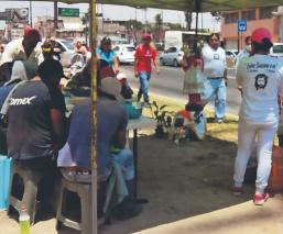 Margarito y sus vecinos regalan comida a afectados por crisis del Covid-19, en Metepec