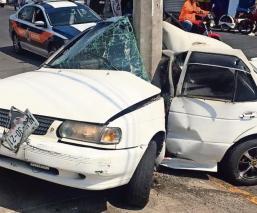 Taxista huye de delincuentes pero choca y se parte en dos con todo y auto, en Edomex