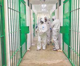 Sanitizan penales tras muerte de reos y custodios por Covid-19, en el Edomex