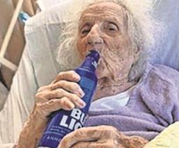 Mujer de 103 años brinda con cerverza por vencer al Covid-19, en Estados Unidos