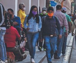 Con todo y semáforo en rojo por Covid-19, mexiquenses tapizan las calles desde temprano