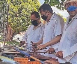 Juan tocaba la marimba en fiestas de la CDMX, hoy toca para homenajear a víctimas de Covid