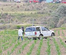Conductor pierde control de automóvil y muere al volcar en campo de cultivo, en el Edomex