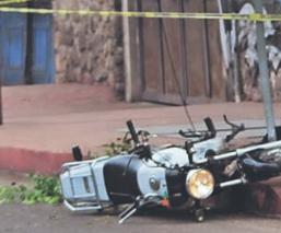 Fallece motociclista al enredarse con cables tirados y estrellarse vs el piso, en Morelos