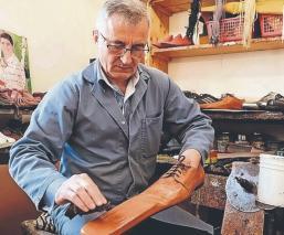Zapatero homenajea a las botas tribaleras: crea calzado que obliga a la 'sana distancia'