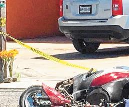Motociclista iba tendido hasta que se encontró con una pipa que lo destrozó, en Edomex