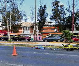 Mujer motociclista derrapa y muere atropellada por un camión en Edomex