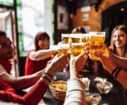 Tras pandemia, bares de Europa regalarán cerveza a sus clientes