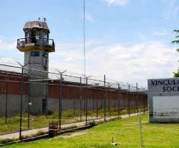 Familia de preso del penal de Atlacholoaya denuncia que lleva semanas con síntomas de Covid-19