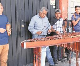 Frente a pandemia, marimberos recorren las calles del Valle de México para tener un ingreso
