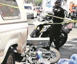 Fallece motociclista al impactarse en camioneta repartidora de agua, en Azcapotzalco