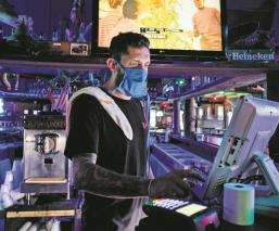 Juegan a contagiarse de coronavirus en fiestas Covid-19, en Estados Unidos