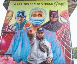 Grafitero rinde homenaje a médicos y enfermeras que luchan contra el Covid-19, en CDMX