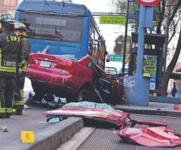 Muere peatón y pasajero al chocar auto contra poste, en el Eje Central de la CDMX